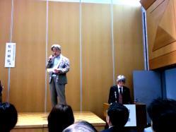 右手司会の及川さん。左手でマイクで話している坂本さん。