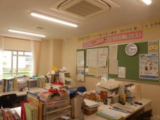 分校の職員室