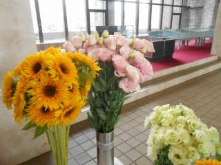 議会棟玄関の花