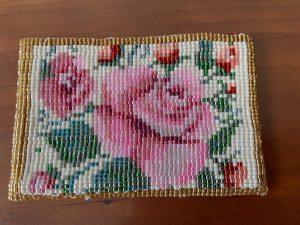 手作りのビーズのカードケースと手書きの野の花の一筆箋
