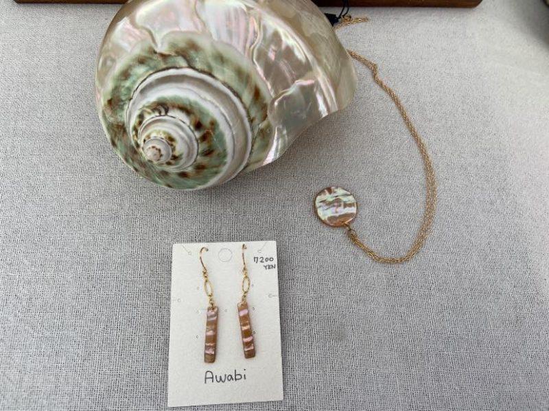 千葉のアワビ貝を磨いて作ったというネックレスとピアス