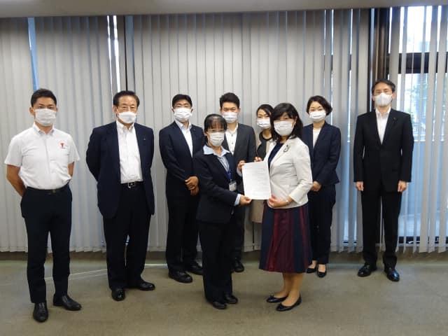 佐倉市上別所の不法産廃撤去を求める緊急要望/ 吉野環境部長と手交